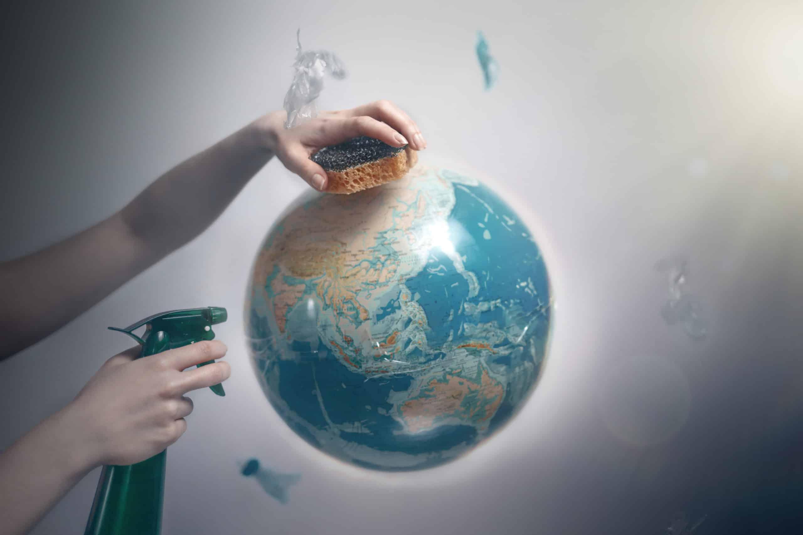 mano che pulisce globo terrestre