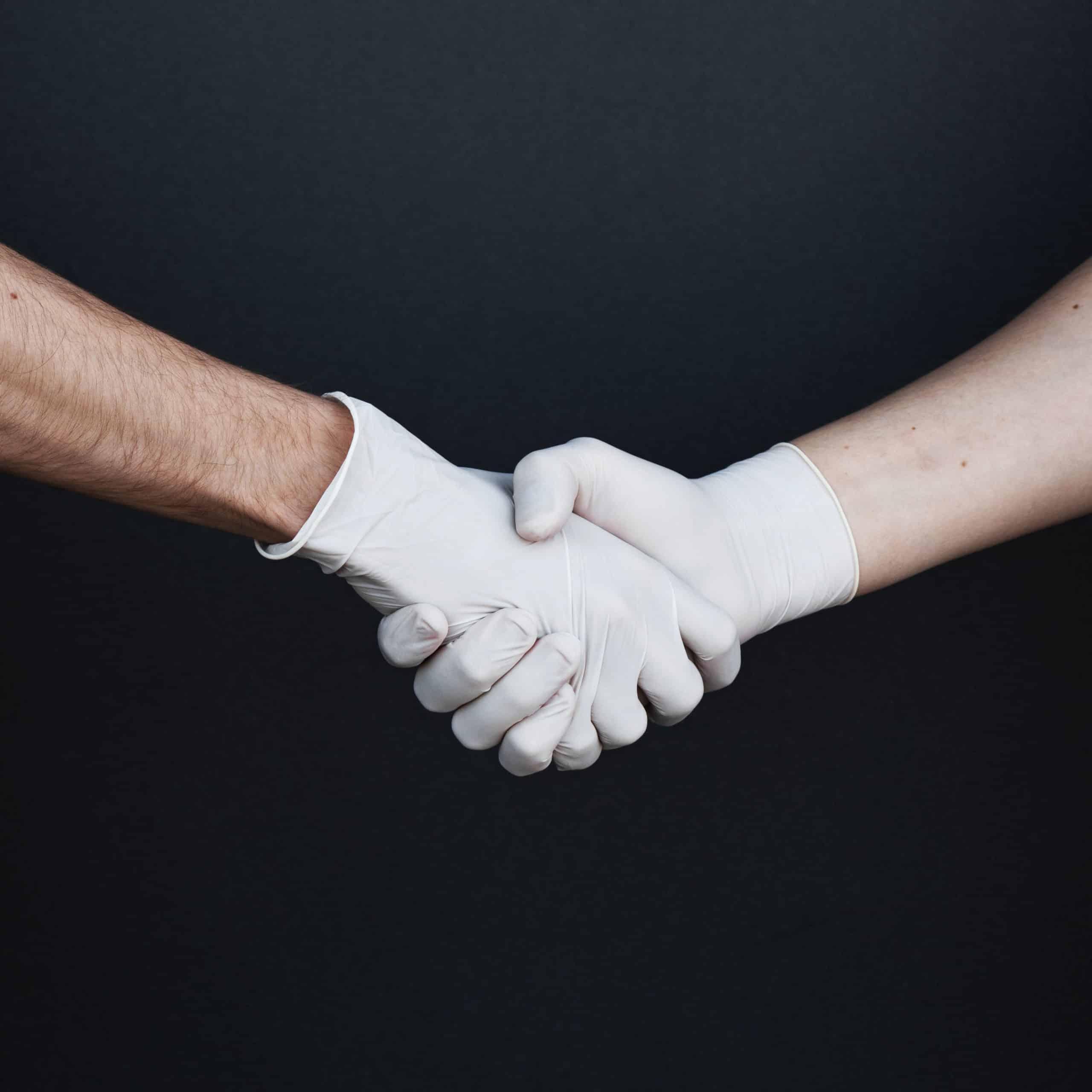 stretta di mano con guanti