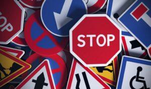 Tra le regole più importanti che un buon autista deve seguire c'è anche quella di tenersi aggiornato sul codice della strada.